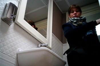 Женщина вытирает свою писю в туалете