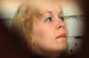 Блондинка в женском пляжном туалете
