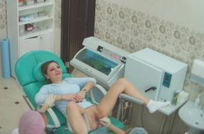 Девушка раздвигает ноги в кабинете гинеколога