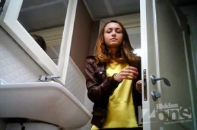 Девушку в туалете скрыто сняли на камеру