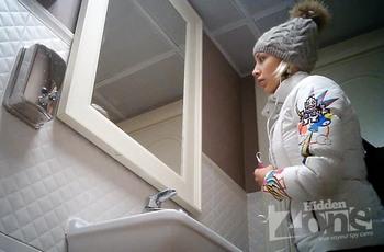 Милая девушка с тугой попой попалась на камеру в туалете