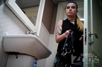Мочеиспускание девушки с татуировкой