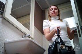 Молодая барышня в женском туалете попала на камеру