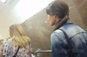 Парень поднимает юбку девушке в метро