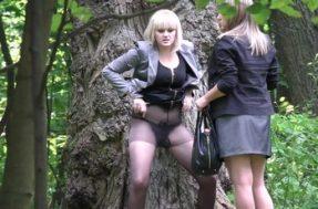 Подглядывают как молодые женщины ссут в парке