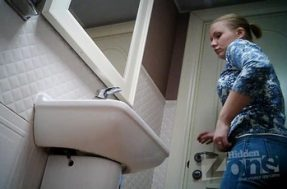 Привлекательная девушка светит в туалете сочной вагиной