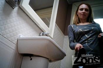 Реальная съемка писающей девки в туалете кафе