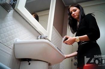 Сексуальная девушка справляет нужду в туалете
