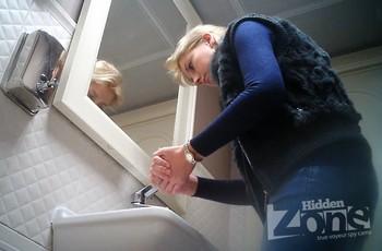 В дамском туалете снимают шпионской камерой