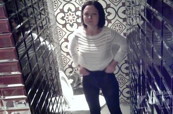 В туалете кафе полуголая девка попадается на камеру