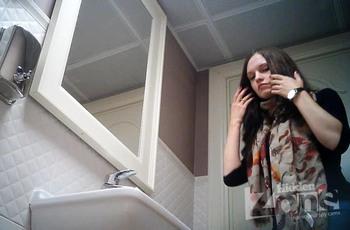 В женском туалете подсматривают за русской брюнеточкой