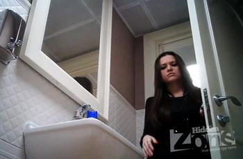 В туалете следят за писающей девушкой