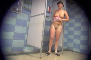 Брюнетка пришла из бассейна в душ мыться на камеру