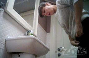Девушка пописала и припудрила носик в туалете на камеру