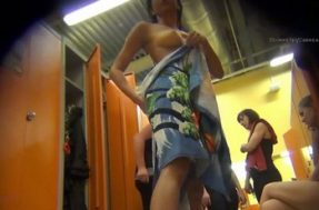 Девушка с классными сиськами в раздевалке спорткомплекса