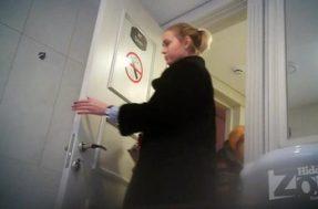 Девушка в шубе попалась на камеру когда ссала в туалете