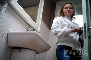 Девушка встала попой перед камерой в туалете