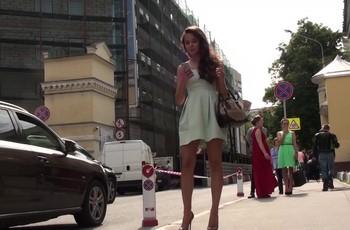 Парень снимает у девушки под платьем