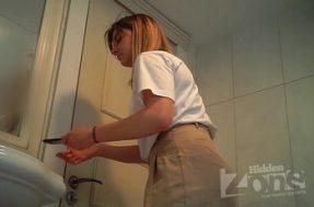 Перед туалетной камерой подтирается девушка без трусов