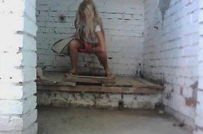 Писающая блондинка в уличном туалете