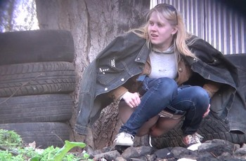 Писающие на улице девушки попадают на скрытую камеру