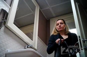 В общественном туалете баба ссыт на скрытую камеру
