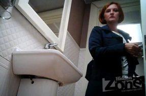 В туалете у баб скрытая камера снимает женский писс