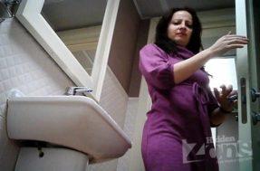 Женский писсинг в туалете попал на видео