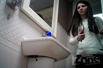 Молодая брюнетка мочится в унитаз со скрытой камерой