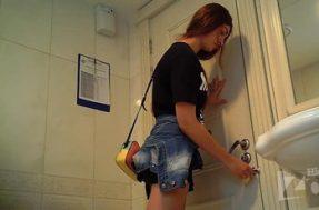 Девчонка пописала в туалете и показала трусики