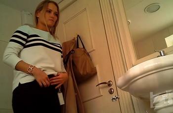 Прелестная девушка посетила туалет и была снята на камеру