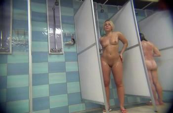 Фигуристая блондинка купается в душе