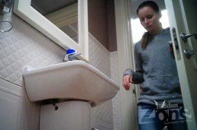 Камера в туалете отсняла девчонку с волосатой мандой