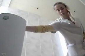Медсестры писают в больничном туалете