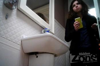 Милашка сняла штаны в туалете и писает на камеру
