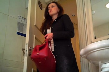 Молоденькая дама с аккуратной попкой писает в туалете