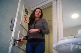 На туалетную секрет камеру засняли писсинг с тампоном