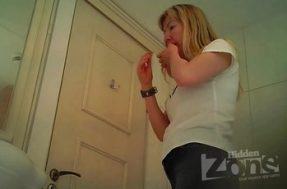 Над унитазом туалета женщину засняли на камеру вблизи
