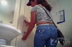 На скрытую камеру в туалете поймали толстожопую женщину