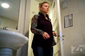 Подглядки за взрослой девушкой в женском туалете