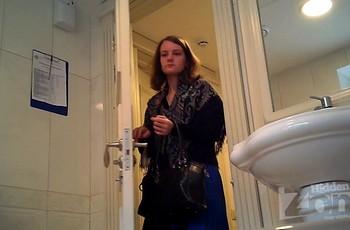 Подсмотр в туалете за молодой барышней без нижнего белья