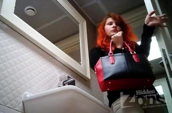 Рыжая девка с волосатым лобком посещает дамский туалет