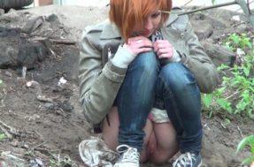 Наивная цыпочка спряталась на улице пописать