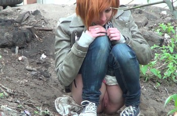 Наивная девушка спряталась на улице пописать