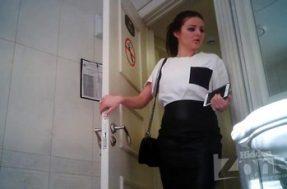 Стройная красотка в туалете со скрытой камерой