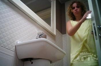 В туалете кудрявая малышка вздумала пописать раком