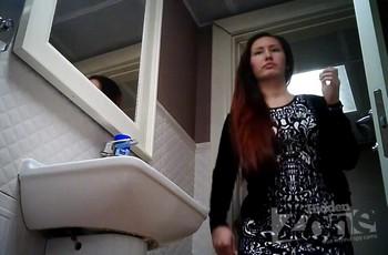 В wc туалете рыжеволосая женщина показала гениталии