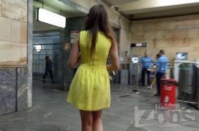 Заглянем под платье незнакомке без трусов