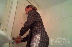 Анус девушки попал на камеру в туалете