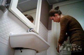 Девушка любит ссать в туалете стоя